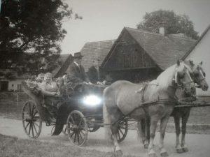 Familie Sigl auf Kutsche im Jahr 1963