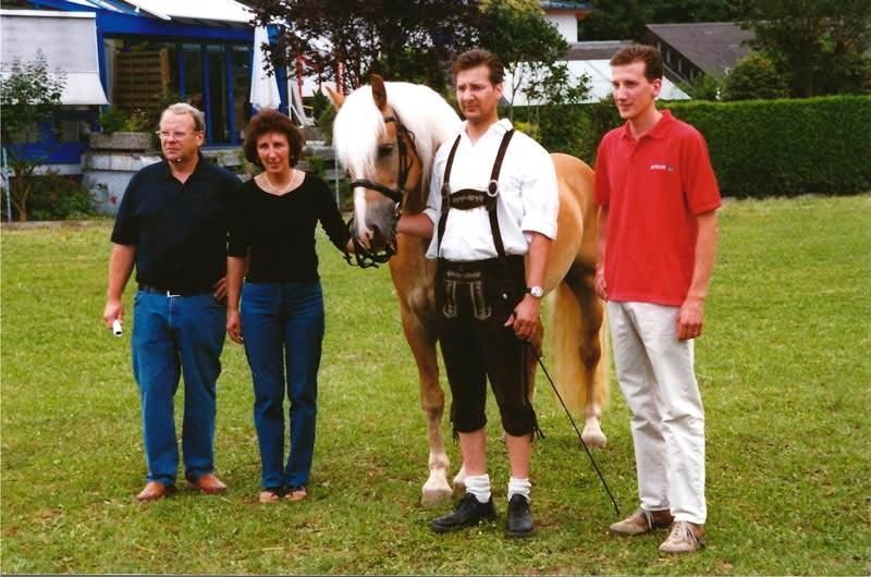 Familie Haflingerzucht Sigl mit einem Pferd